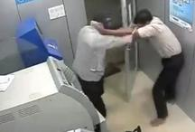 एटीएम लूटने आए लूटोरों ने गार्ड पर हथौड़े से किए कई वार, वीडियो वायरल