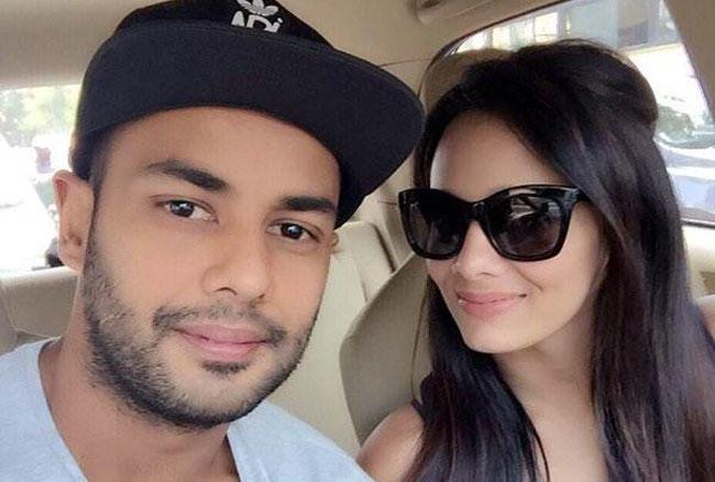 भारतीय आलराउंडर स्टुअर्ट बिन्नी और मयंती लैंगर सबसे हॉट जोड़ी में से एक हैं। बिन्नी की पत्नी मयंती लैंगर एक मशहुर स्पोर्ट्स एंकर हैं।