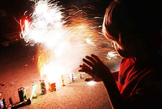 ये हैं पटाखे जलाने के नुकसान, फैलाते है कई खतरनाक बीमारियां