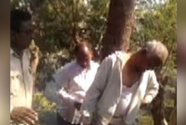 गुजरात: अतिक्रमण हटाने गया था ये पार्षद, लोगों ने पेड़ से बांधकर की खूब सुताई