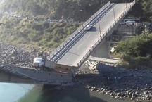 हिमाचल: चंबा में रावी नदी पर बना पुल गिरा, हादसे में 6 लोग घायल