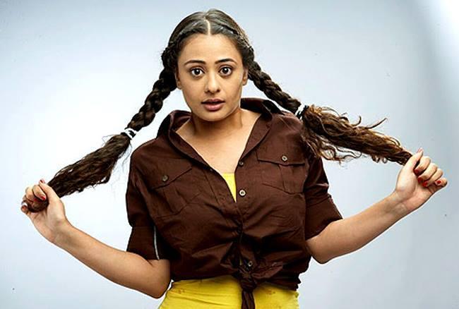 मोना वासु ने 2004 मे आई टेली फिल्म, 30 डे ट्रायल में मुख्य किरदार निभाया था।