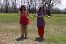 VIDEO: खेत में नाचने लगीं ये लड़कियां, वीडियो ये इंटरनेट पर मचा बवाल