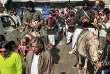 गुजरात चुनाव: सूरत की सड़कों पर अचानक दिखे 'शोले' के 'गब्बर' और 'कालिया'
