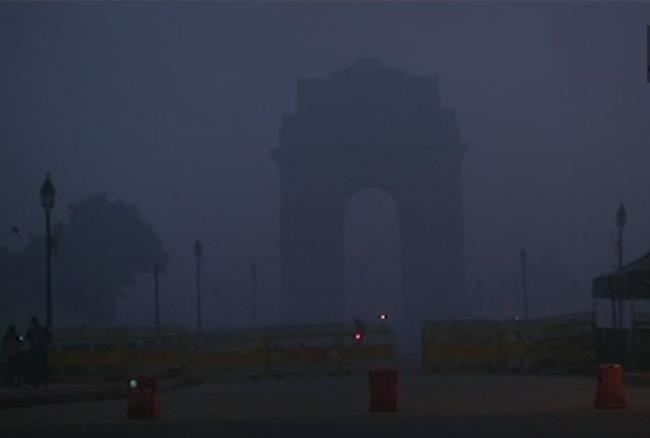 दिल्ली में फिर बढ़ा प्रदूषण का स्तर, इंडिया गेट दिखा कुछ इस तरह