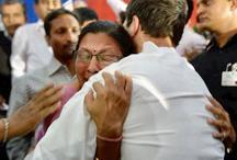 गुजरात चुनाव 2017: दर्द सुन भावुक हुए राहुल गांधी, महिला टीचर को लगाया गले