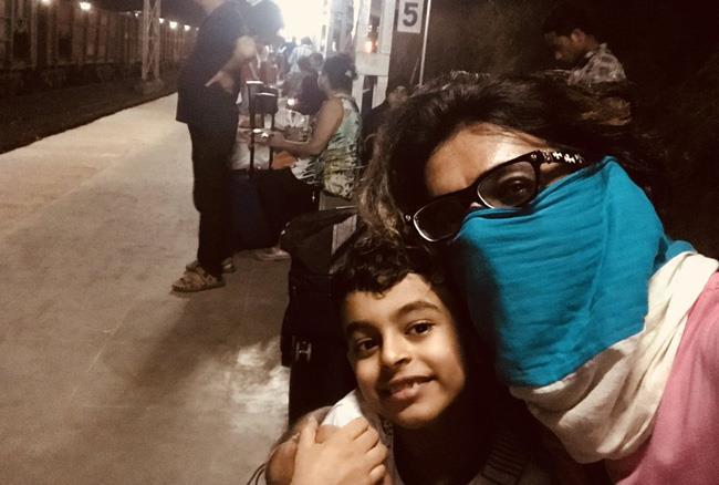 आधी रात को चेहरा छुपा कर बेटे के साथ ट्रेन से भागे डॉ मशहूर गुलाटी