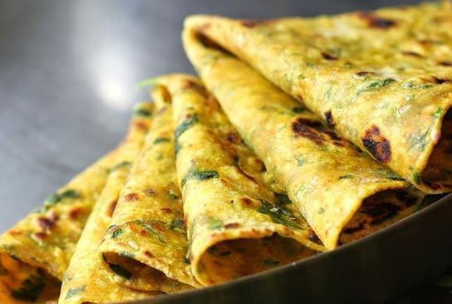 मिनटों में ऐसे बनाएं गुजराती डिश थेपला: रेसिपी
