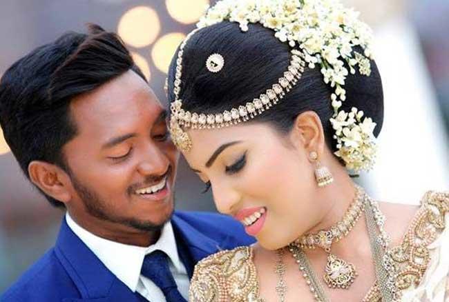 श्रीलंका के फिरकी गेंदबाज अकीला धनंजय ने 23 अगस्त को नेथाली टेकशीनी के साथ शादी की।