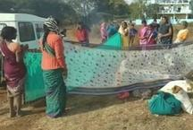 वायरल तस्वीर: हॉस्पिटल प्रशासन ने दिखाई आखें, तो खुले मैदान में महिला ने दिया बच्चे को जन्म