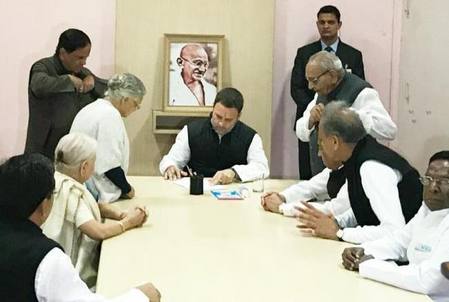राहुल गांधी ने कांग्रेस अध्यक्ष पद के लिए नामांकन दाखिल किया, पार्टी में जश्न