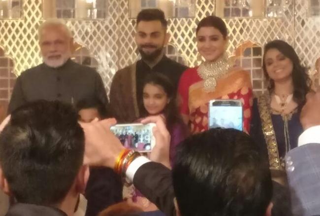 विरुष्का के रिसेप्शन में पहुंचे PM, कुछ यूं दिखे विराट और अनुष्का, यहां देखें फोटो और विडियो