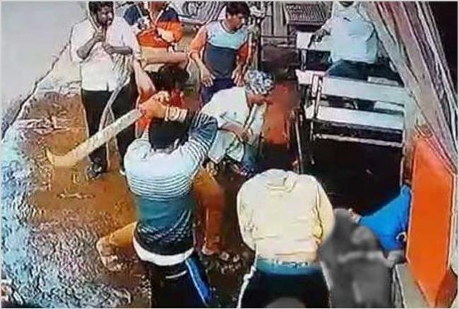 जघन्य हत्याकांड: खुलेआम आदमी को मार कर शव पर तलवार मारते रहे बदमाश