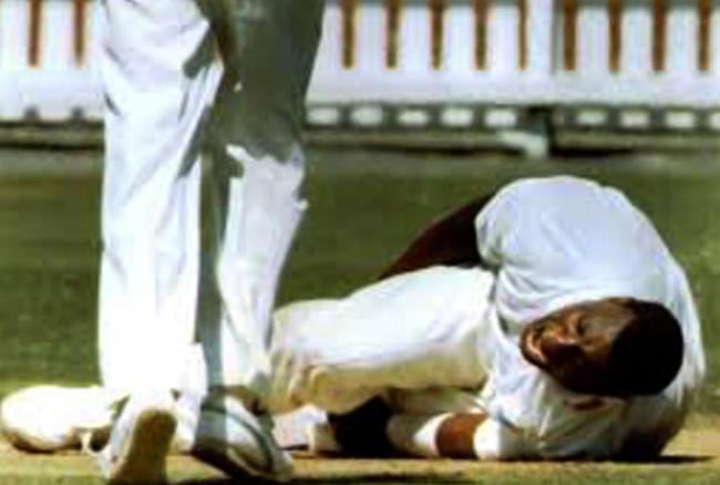 इंग्लैंड के लिए खेलने वाले साइमन जोन्स को फील्डिंग के दौरान घुटने में चोट लगी थी। यह चोट इतनी खतरनाक थी कि जोन्स का कॅरियर ही खत्म हो गया। जिसके बाद वो कभी क्रिकेट नहीं खेल पाए।