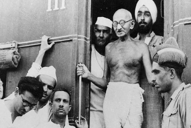नेहरू ने ऐतिहासिक भाषण 'ट्रिस्ट विद डेस्टनी' दिया था। ये भाषण उन्होंने 14 अगस्त की मध्यरात्रि को वायसराय लॉज यानी आज का राष्ट्रपति भवन, से दिया था।