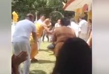 VIDEO: ये बाबा झाड़ू से करता है अपने भक्तों की सुताई!