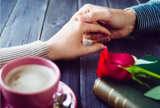 प्यार में धोखा: आपका पार्टनर लोगों से छुपाता है अपने रिलेशनशिप तो हो जाएं सावधान