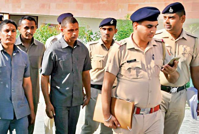 राम रहीम को कोर्ट से भगाने की फिराक में थे 5 हरियाणा पुलिस के जवान, फोन कर भड़काई हिंसा