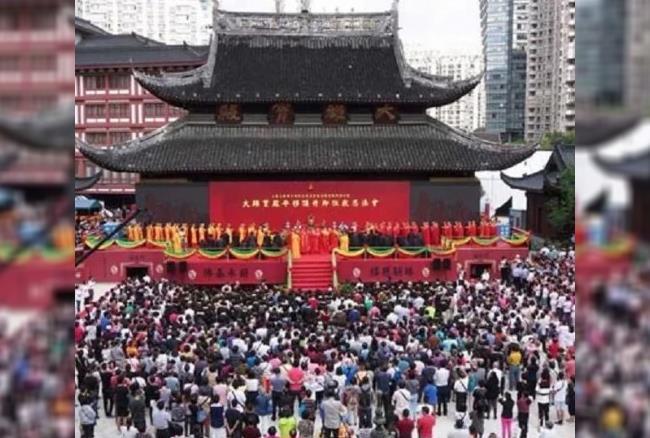 वीडियो: देखते ही देखते 2000 टन का मंदिर खिसक गया 30 मीटर