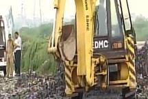 गाजीपुर: कचरा ढहने से दो लोगों की मौत, राहत कार्य जारी