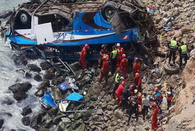 वीडियोः पेरू में हुआ भयानक सड़क हादसा, बस खाई में गिरने से 48 लोगों की मौत