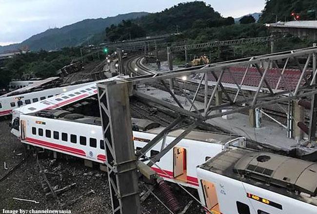 ताइवान में पटरी से उतरी ट्रेन, 17 लोगों की मौत और 101 घायल