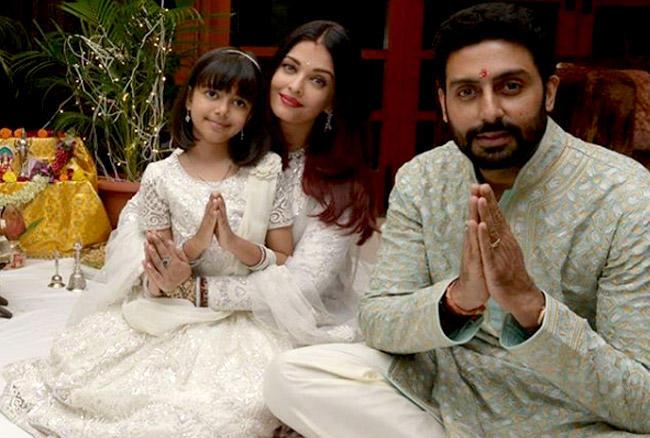 तस्वीरों में पूरा बच्चन परिवार दिवाली के मौके पर मां लक्ष्मी और गणपति बप्पा की पूजा करता दिखाई दे रहा है।