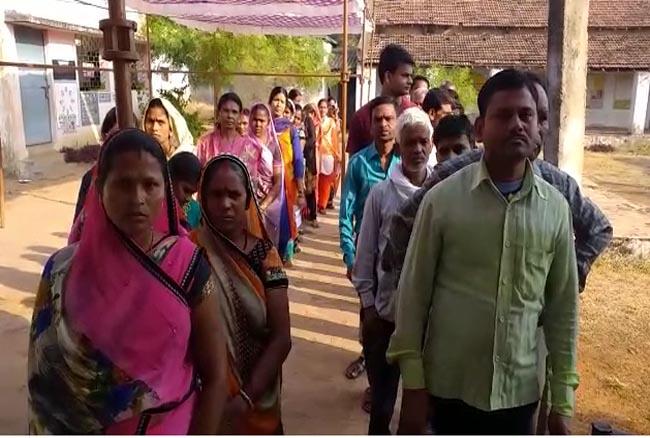 जगह-जगह आई EVM मशीन में खराबी, कई जगह अभी तक नहीं शुरू हुआ मतदान, घर लौटन लगे नाराज मतदाता