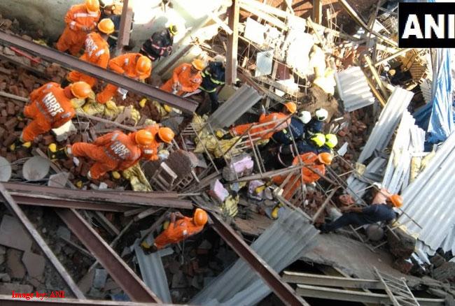 गोरेगांव में निर्माणाधीन इमारत गिरी, तीन लोगों की मौत और 8 घायल
