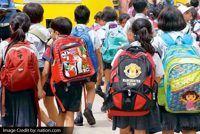 भारी-भरकम स्कूल बैग आपके बच्चे को रोज कर रहा है बीमार, जानें कैसे