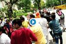 VIDEO:  फिर हुई अग्निवेश की धुनाई, महिला ने चप्पल से पीटा