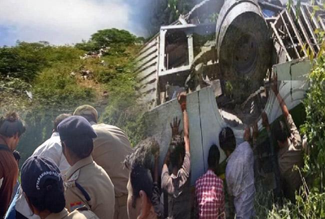 अल्मोड़ा में यात्रियों से भरी बस 200 फीट गहरी खाई में गिरी, पांच की मौत