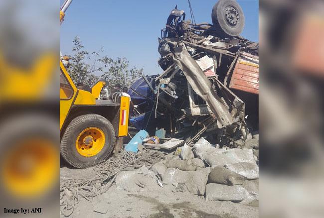 महाराष्ट्र: मुंबई पुणे एक्सप्रेस वे ट्रक और कार में जोरदार भिड़त, 4 की मौत