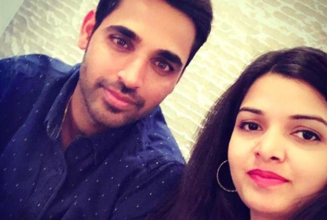 भुवनेश्वर कुमार ने अपने बचपन की दोस्त नुपूर नागर से नवंबर 2017 में शादी के बंधन में बंधे। भुवनेश्वर की वाइफ नुपूर एक सॉफ्टवेयर इंजीनियर हैं।