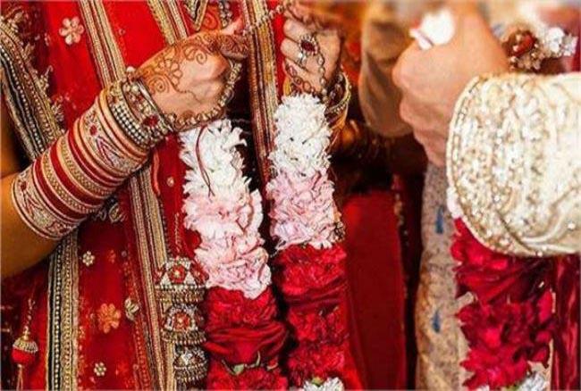 छत्तीसगढ़ समाचार : रूठे पति-पत्नियों को नेशनल लोक अदालत ने समझाया, 15 जोड़े ने एक-दूजे को वरमाला पहनाकर फिर गले लगाया