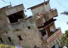 Watch Video : तीन मंजिला इमारत ढहने का लाइव वीडियो वायरल, देखकर आप भी हो जाएंगे हैरान...